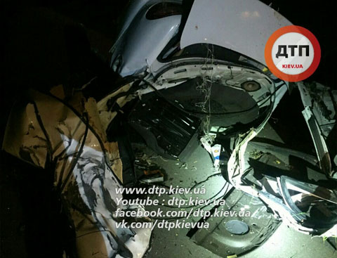 "У Києві ""Деу"" врізався в електроопору: Загинуло чотири людини - фото 1"
