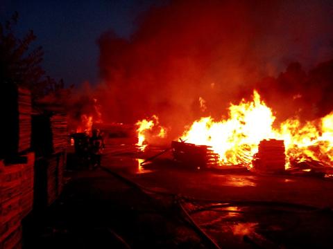 Під Києвом вирує потужна пожежа наскладі деревини